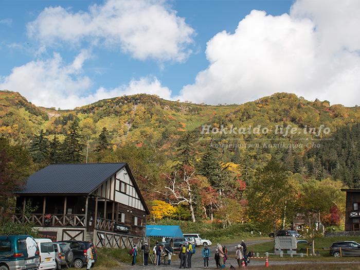 大雪高原温泉のヒグマ情報センターと紅葉する山