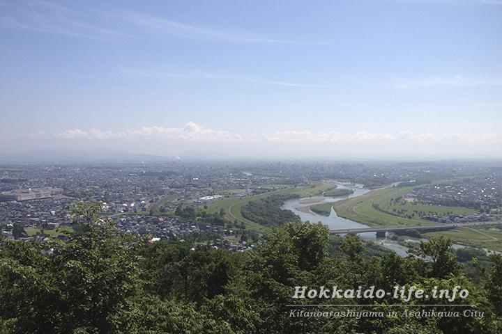 嵐山展望台から見た旭川市外と旭岳(2014年8月17日撮影)