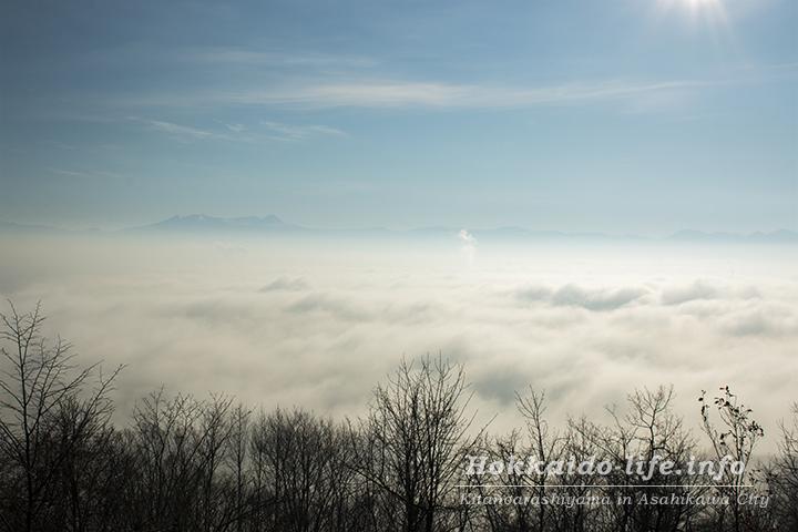 霧の旭川市外と旭岳(2015年11月4日撮影)