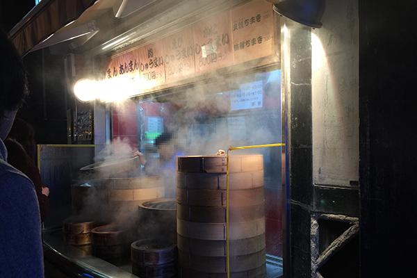 旭川のサンロク街の肉まん屋「茶寮」の店頭