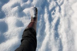 長ぐつを履いた足と雪