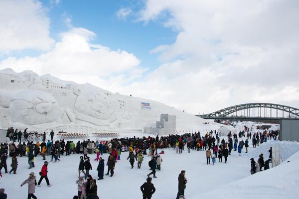 旭川冬まつり2016の大雪像と旭橋