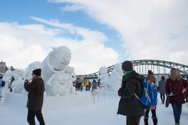 旭川冬まつり2016の中雪像コンテスト 1位「ミニオンズ」