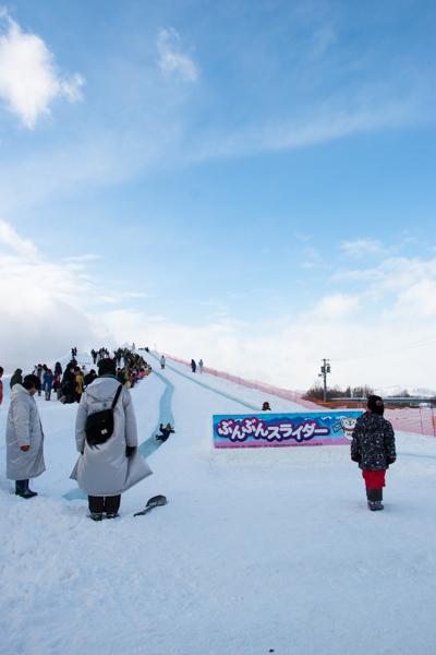 旭川冬まつりのロング滑り台