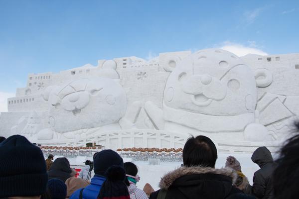 旭川冬まつり2016の大雪像の「あさっぴー」「ゆっきりん」