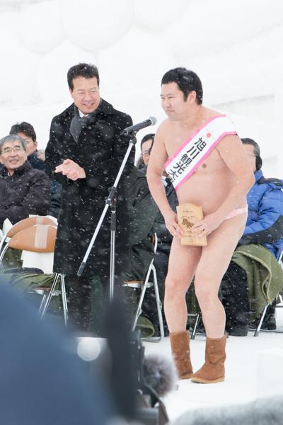 旭川冬まつりでネタを披露する「とにかく明るい安村」さん