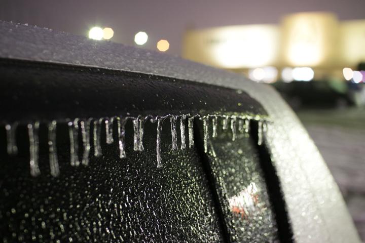 氷点下で降った雨が凍ってできたツララ