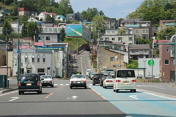 小樽市街地の国道から坂を眺めて