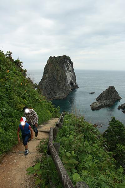 島武意海岸(しまむいかいがん)の海岸へ降りる道