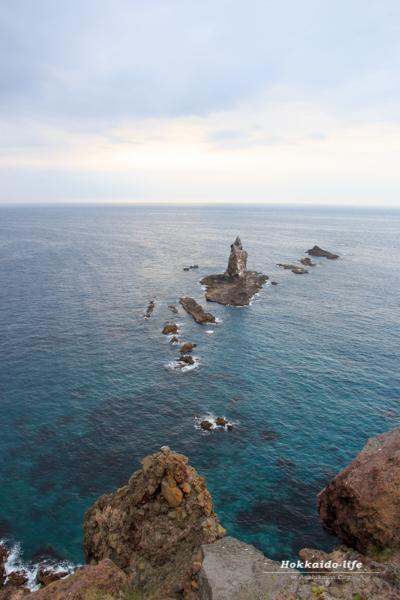 神威岬の岬展望台から見た神居岩と積丹ブルー