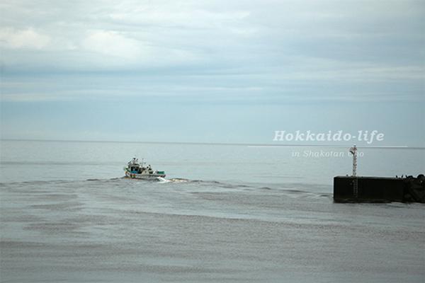 日司漁港から出向する漁船