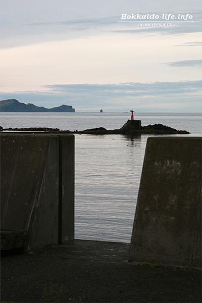 司漁港から神威岬と神威岩を望む