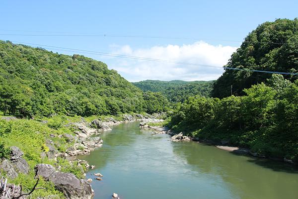 神居古潭付近の石狩川の流れ