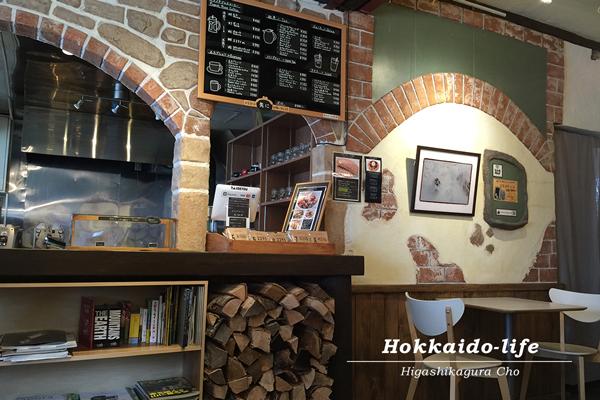 東川町のカフェ「ロースターコースター」の内観(冬)