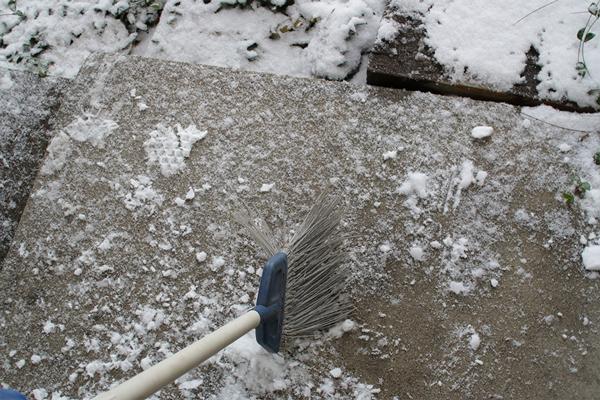 雪を箒(ほうき)で履く