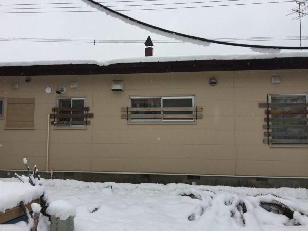 雪囲いを設置した窓