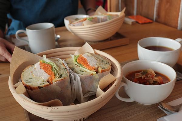 美瑛町のパン屋・カフェ「LIKKA LOKKA(リッカ・ロッカ)」サンドイッチとスープとドリンクのセット