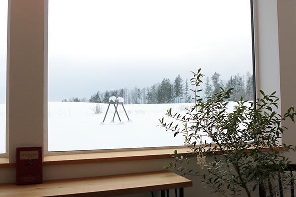 美瑛町のパン屋・カフェ「LIKKA LOKKA(リッカ・ロッカ)」店内からの冬景色