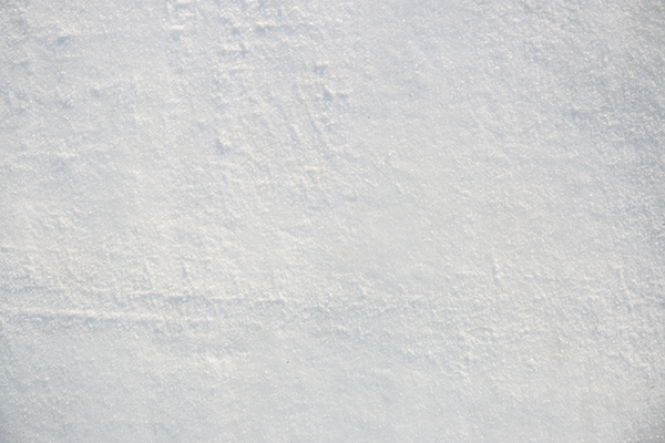 タイヤに磨かれた道路の雪