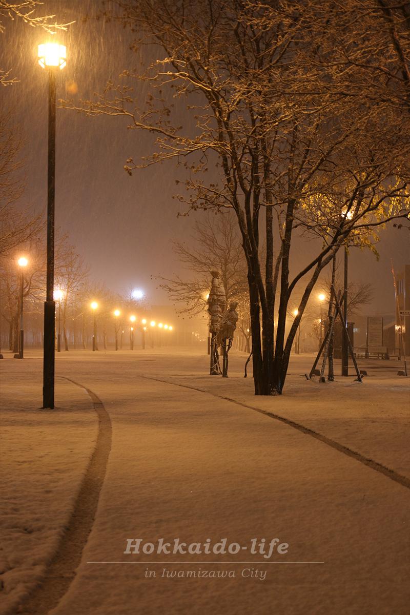 雪降る岩見沢駅前