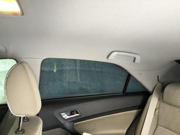 雪に覆われた車の車内