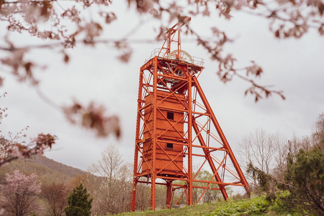 炭鉱メモリアル森林公園の櫓と桜