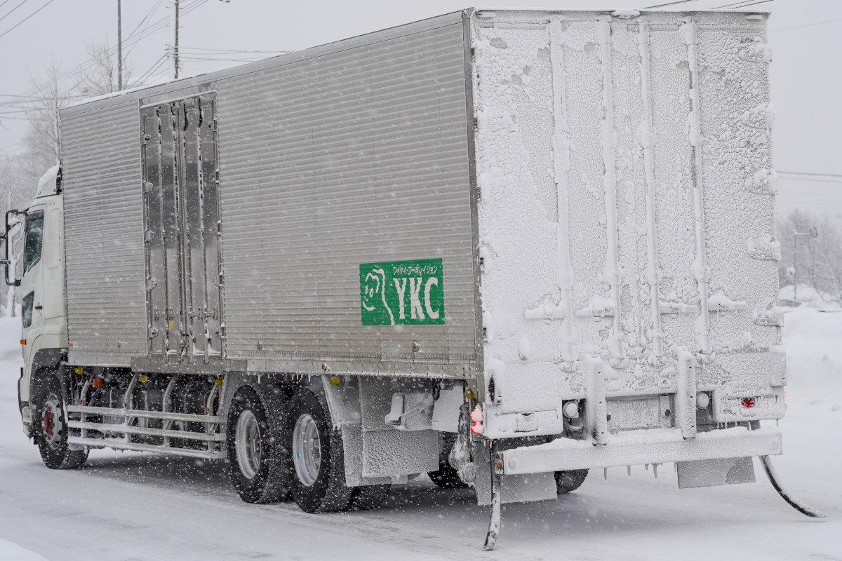 観測史上最高の寒気が上空にある日の岩見沢市内を走るトラック後部