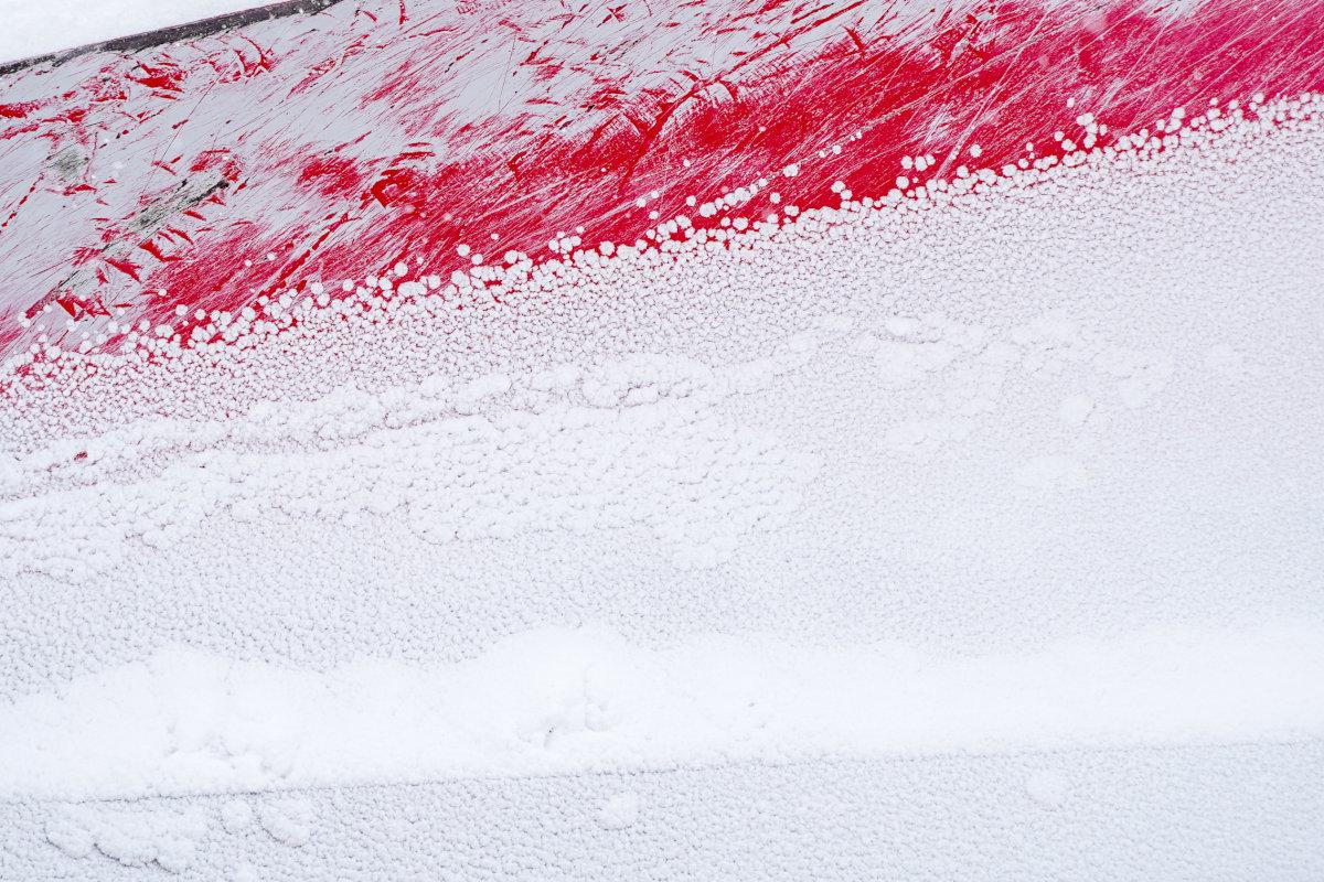 観測史上最高の寒気が上空にある日の岩見沢市内を走る除雪車のパーツ